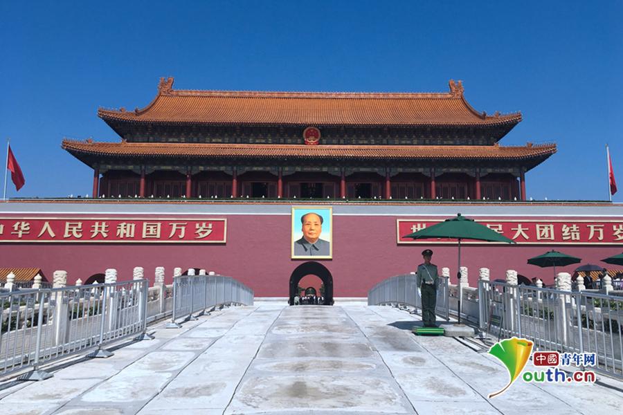 国庆期间,北京天安门,武警战士坚守在岗位上,捍卫共和国的尊严。 中国青年网记者 马昌 摄