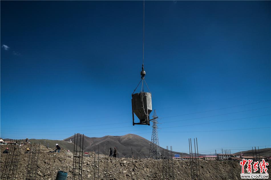 2017年5月18日,青海省果洛藏族自治州达日县城,易地扶贫搬迁房项目工地。2017年,达日县计划易地搬迁570户,其中县城集中安置340户,共1136人。中国青年报·中青在线记者 赵迪/摄