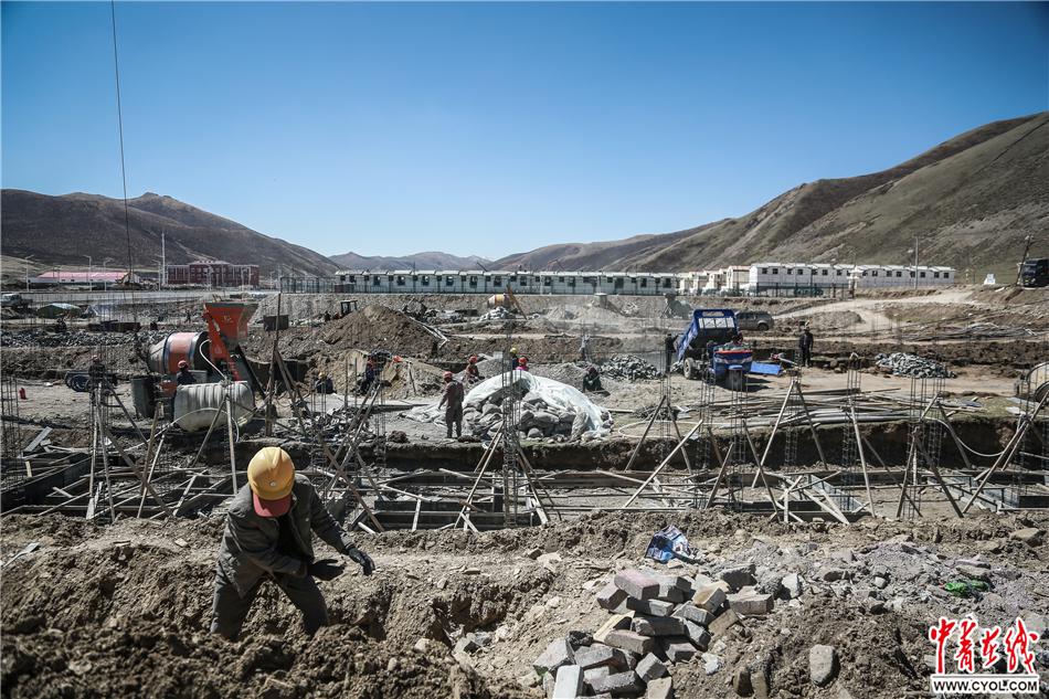 2017年5月18日,青海省果洛藏族自治州达日县城,易地扶贫搬迁房项目工地。中国青年报·中青在线记者 赵迪/摄