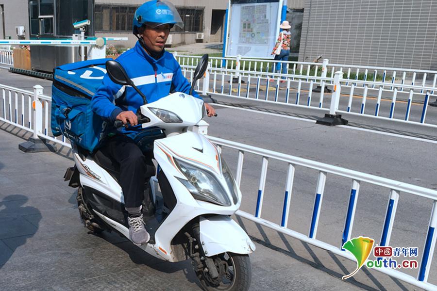 国庆期间,北京学院南路,外卖小哥正在送餐的路上。 中国青年网记者 马昌 摄