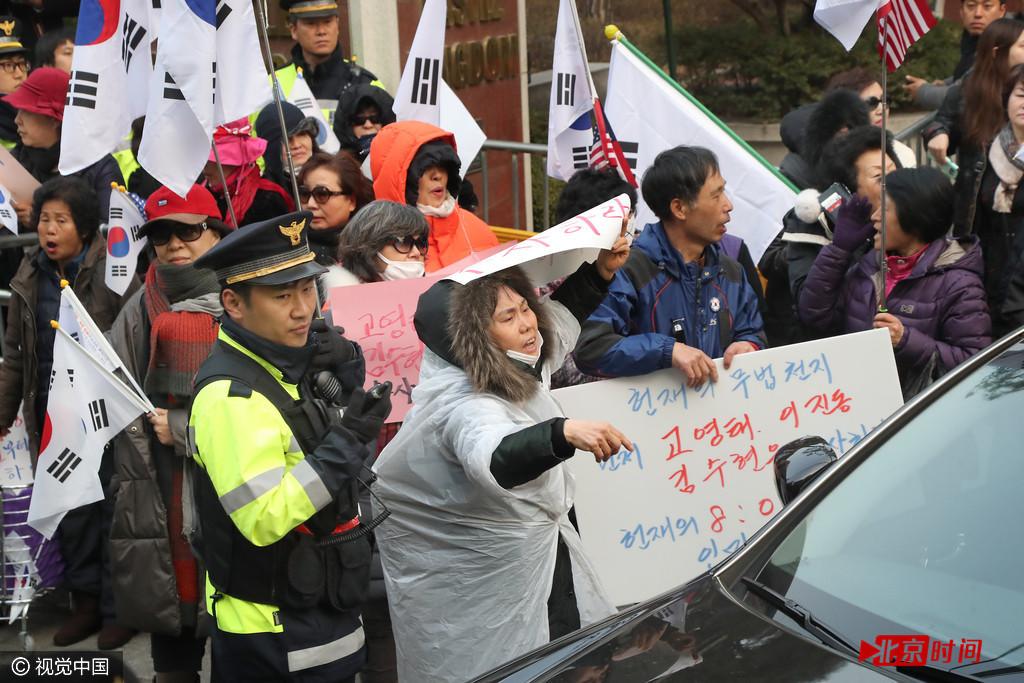 朴槿惠私宅外聚集大量支持者