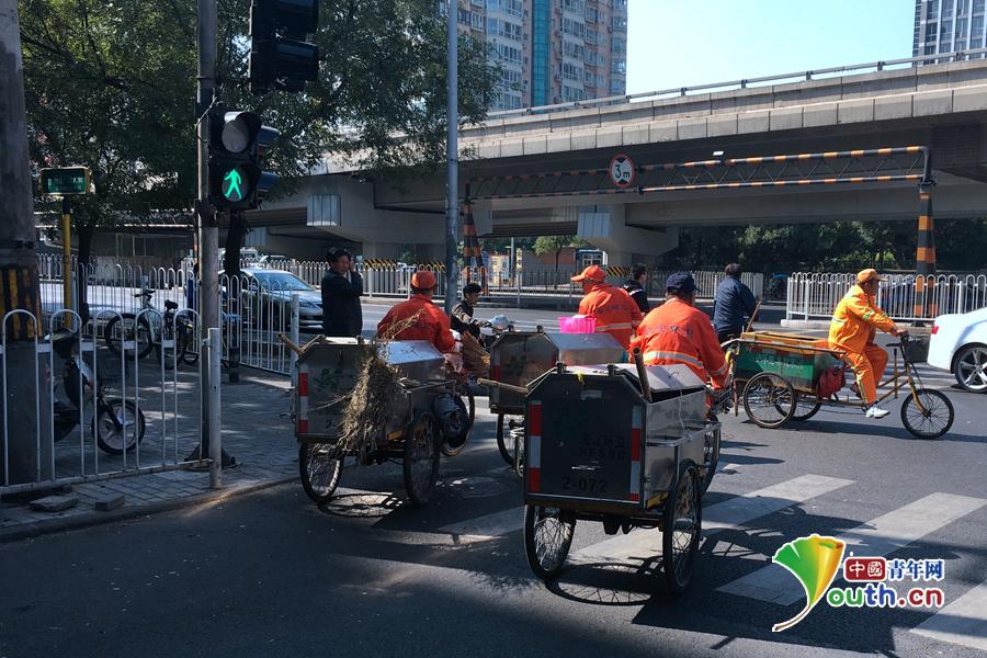 国庆期间,北京明光桥,环卫工人们没有休假,维护城市的干净整洁。 中国青年网记者 马昌 摄